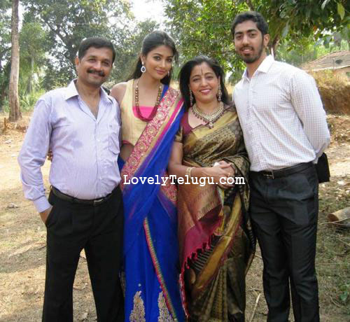 pooja hegde with her brother
